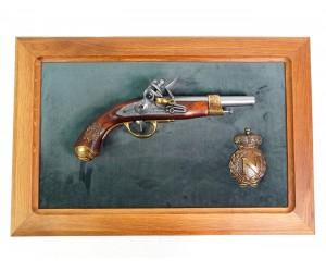 Пистолет Наполеона, изг. Грибовалем (Франция, 1806 г.) на бархатном панно, 50x30 зеленый бархат, дуб