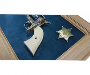 """Револьвер Colt кавалерийский 7½"""" (США, 1873 г.) на бархатном панно, 43x23 зеленый бархат, дуб"""