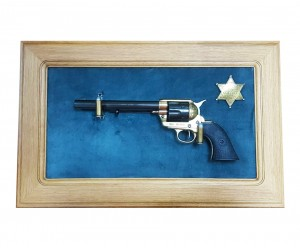 """Револьвер Colt Peacemaker 7½"""" (США, 1873 г.) на бархатном панно, 43x23 зеленый бархат, дуб"""