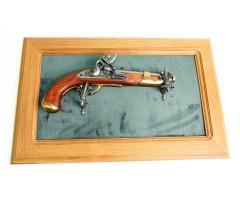 Пистолет кремневый (XVIII век) на бархатном панно, 43x23 зеленый бархат, дуб