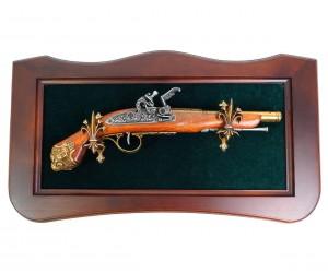 Пистолет кремневый французский кавалерийский (XVIII век) на бархатном панно
