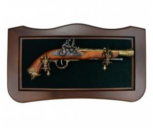 Пистолет кремневый, латунь (Италия, XVIII век) на бархатном панно