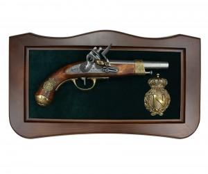 Пистолет Наполеона, изг. Грибовалем (Франция, 1806 г.) на бархатном панно с вензелем Наполеона